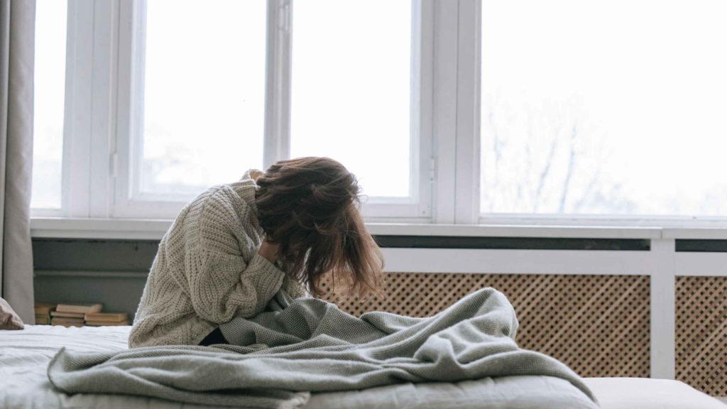 Девушка страдает от бессонницы