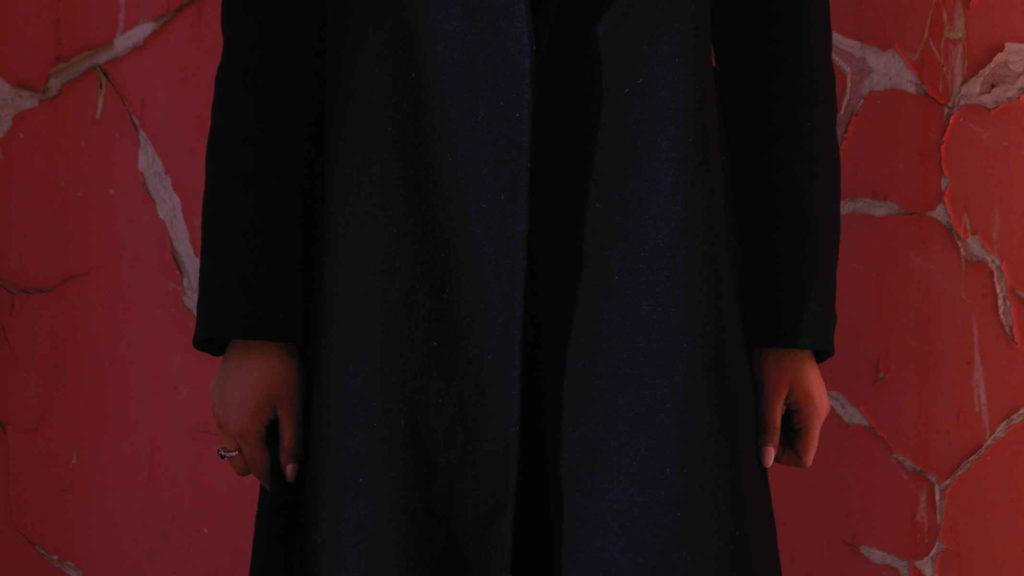 Девушка в закрытой одежде
