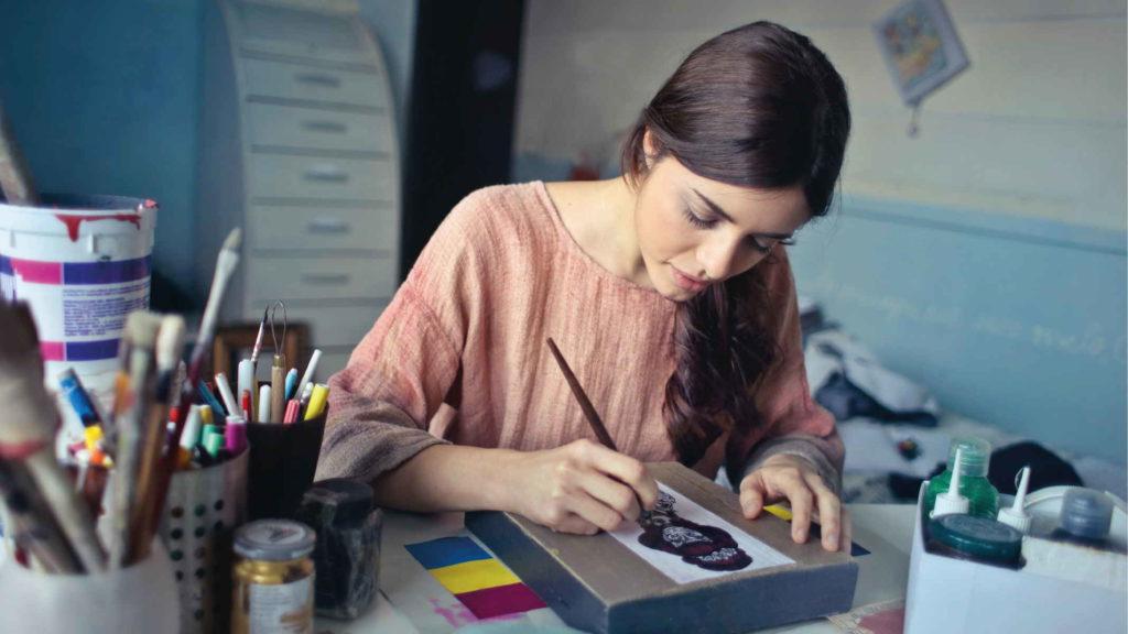 Девушка занимается рисованием в мастерской