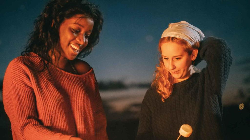 Девушки экстраверт и интроверт общаются друг с другом
