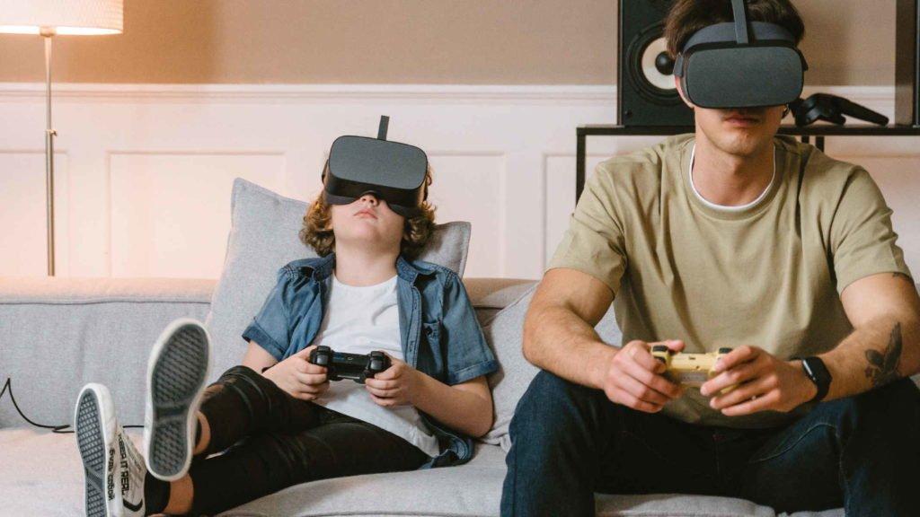 Два брата играют в виртуальные игры