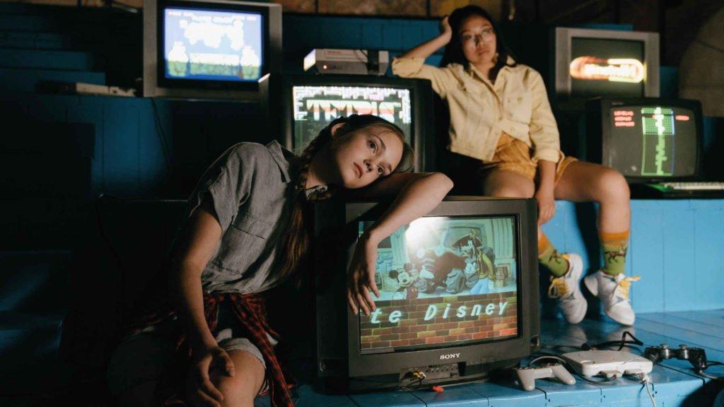 Две девочки подростка сидят в компьютерном клубе