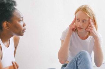Две молодые девушки ссорятся