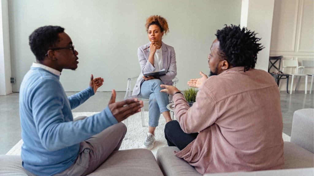 Двое мужчин ссорятся на приеме у психолога
