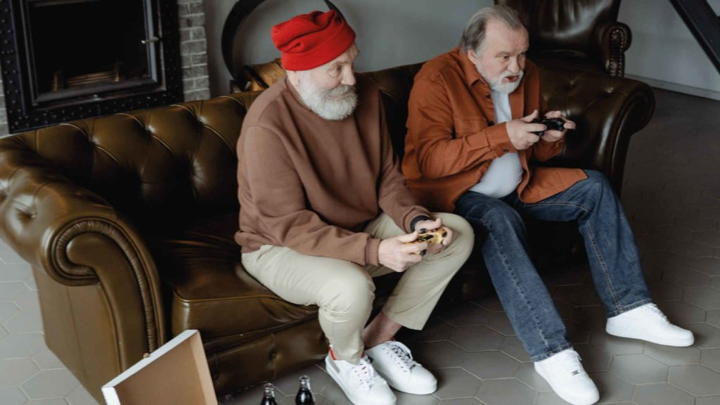 Двое пожилых веселых мужчины играют в игры
