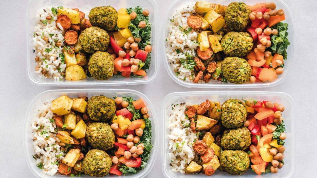 Фотография четырех контейнеров в фалафелем рисом и овощами