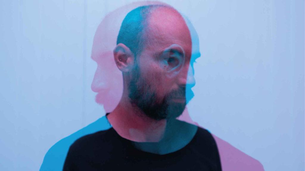 Фотография мужчины в инверсии синего и красного цвета
