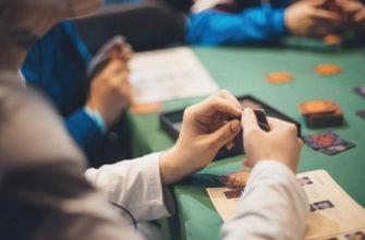 Люди играют в покер за покерным столом