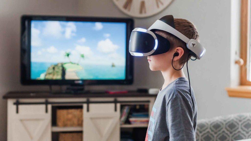 Мальчик играет в очках виртуальной реальности