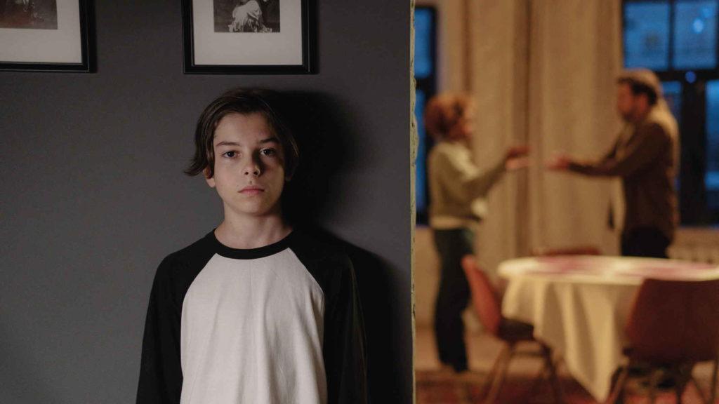 Мальчик спрятался и слушает как ссорятся его родители