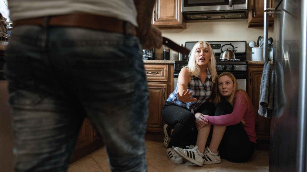 Мать защищает дочь от мужа насильника