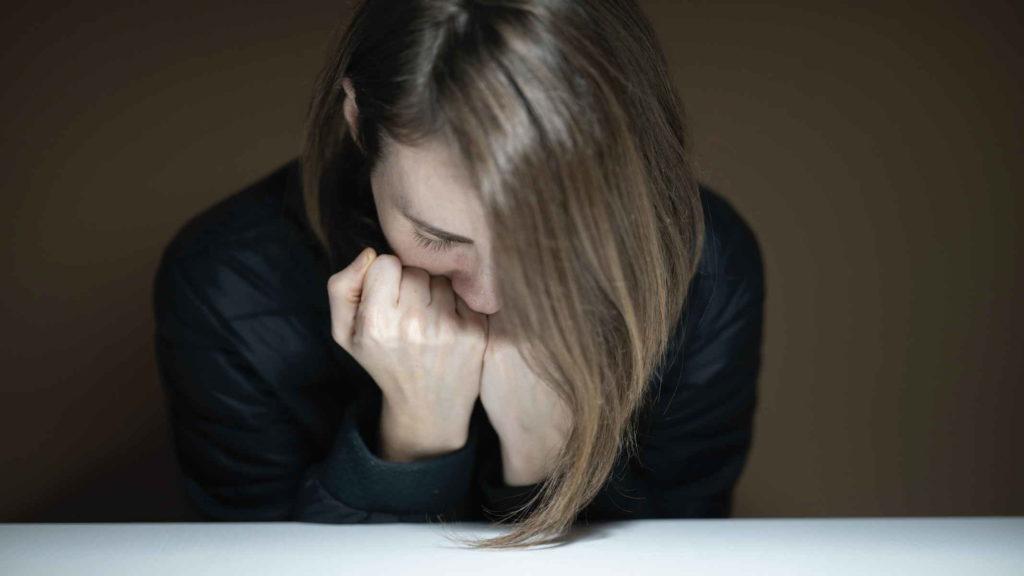 Молодая девушка испытывает душевную боль