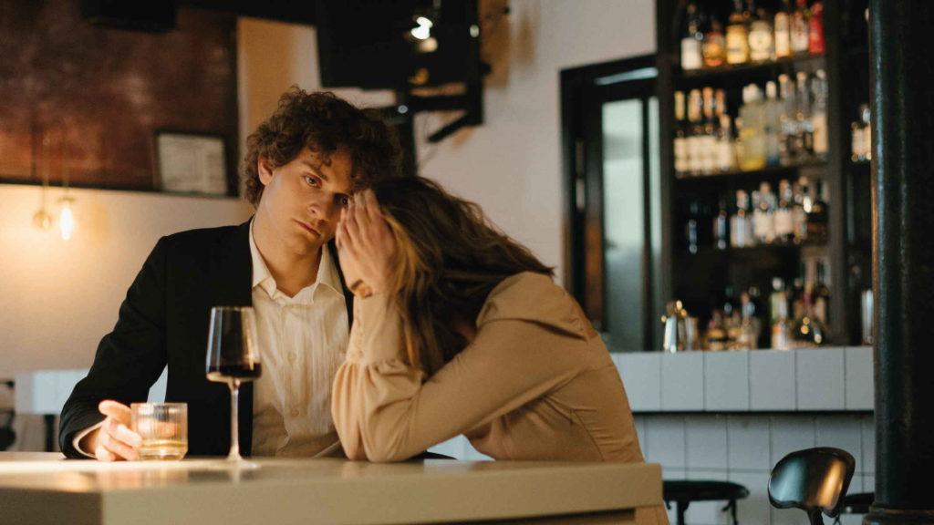 Молодой человек не может понять почему девушка плачет в ресторане