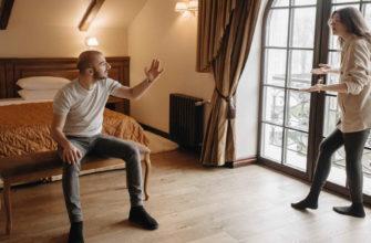 Муж и жена ссорятся в спальне