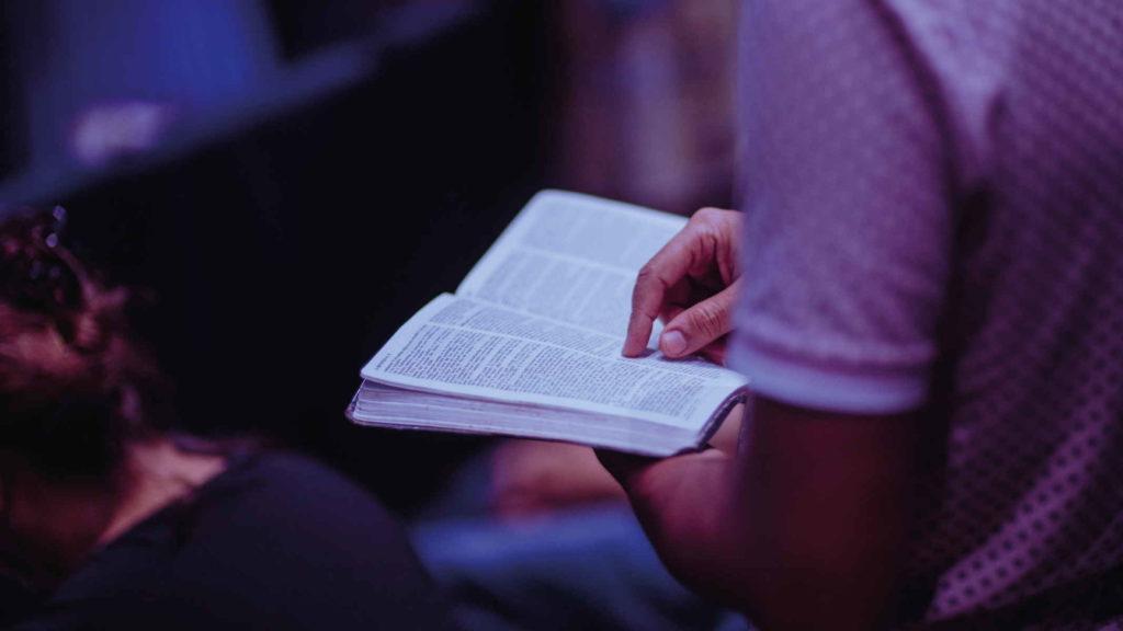 Мужчина читает религиозную книгу