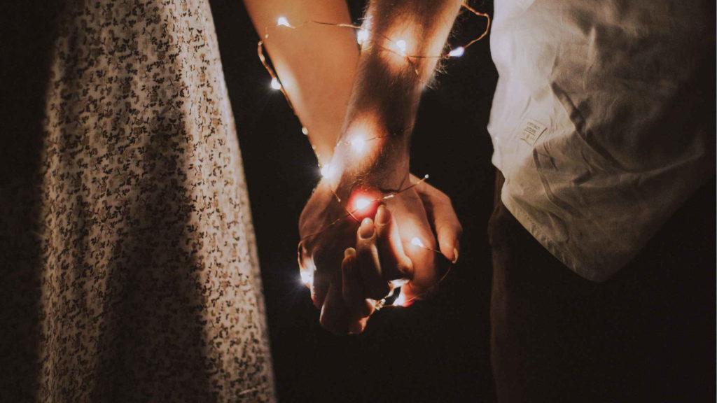 Мужчина и женщина держутся за руки
