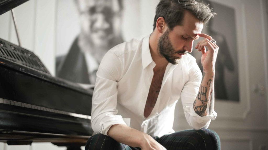 Мужчина пианист задумался