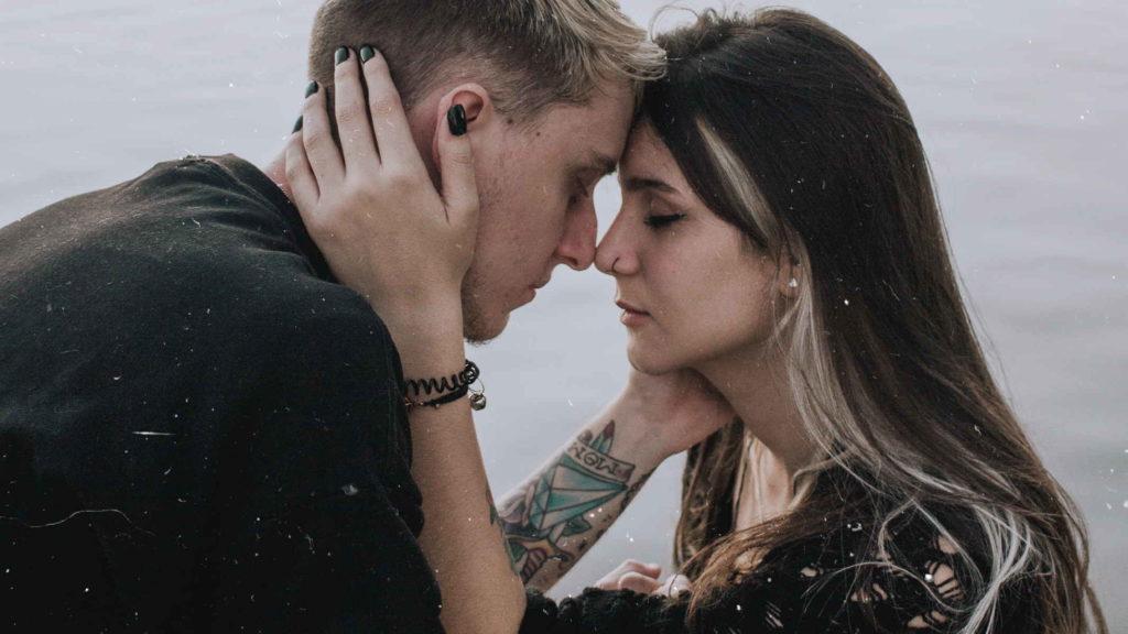 Парень и девушка испытвают друг к другу любовь