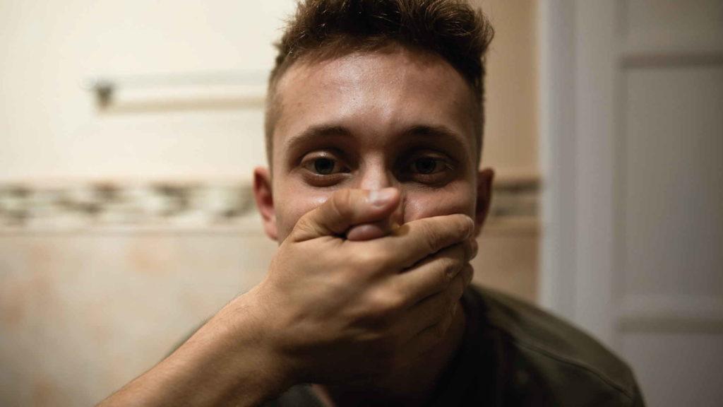 Парню закрывают рот рукой