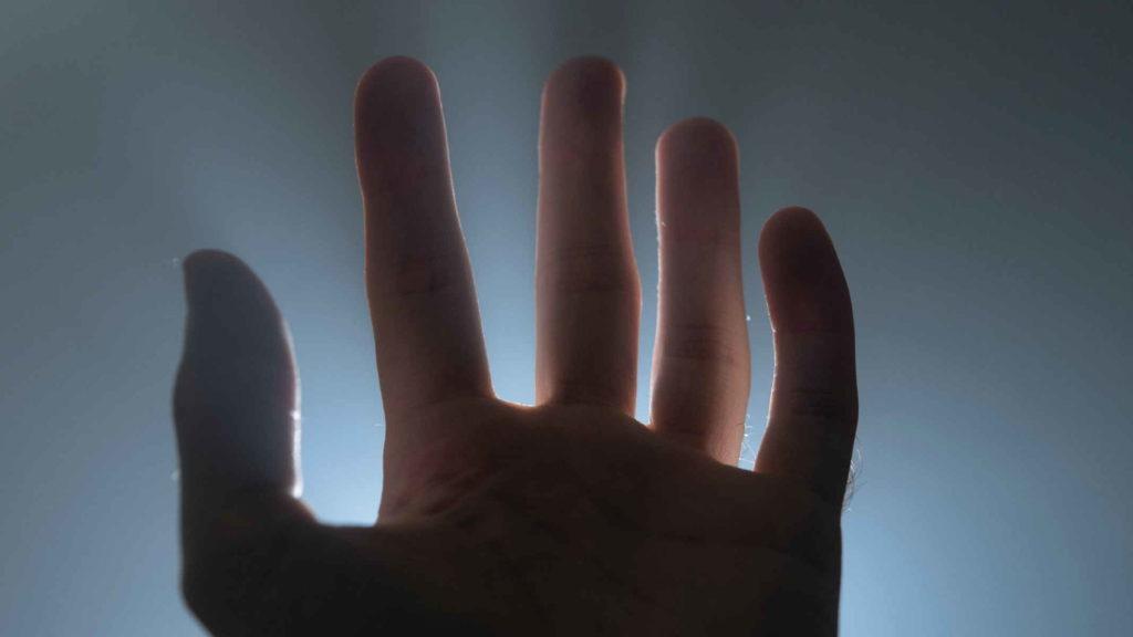Рука человека на свету