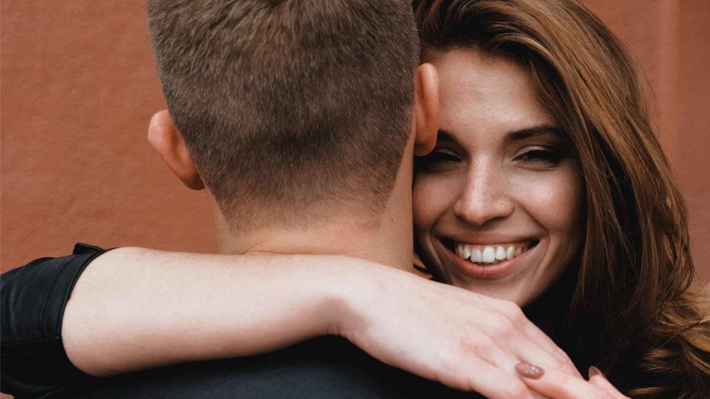 Счастливая девушка обнимает мужчину