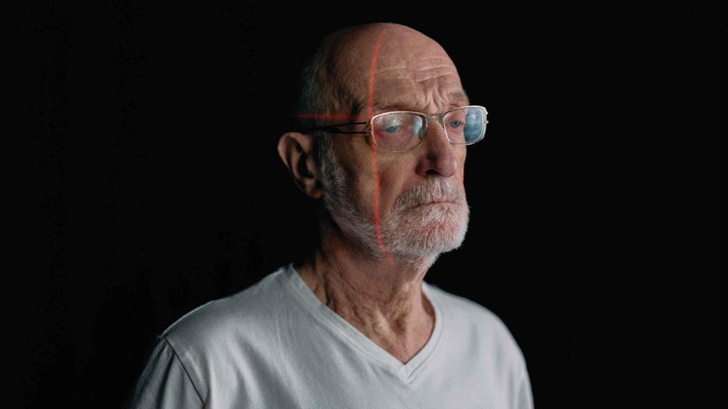 Сканирование грустного пожилого мужчины в очках