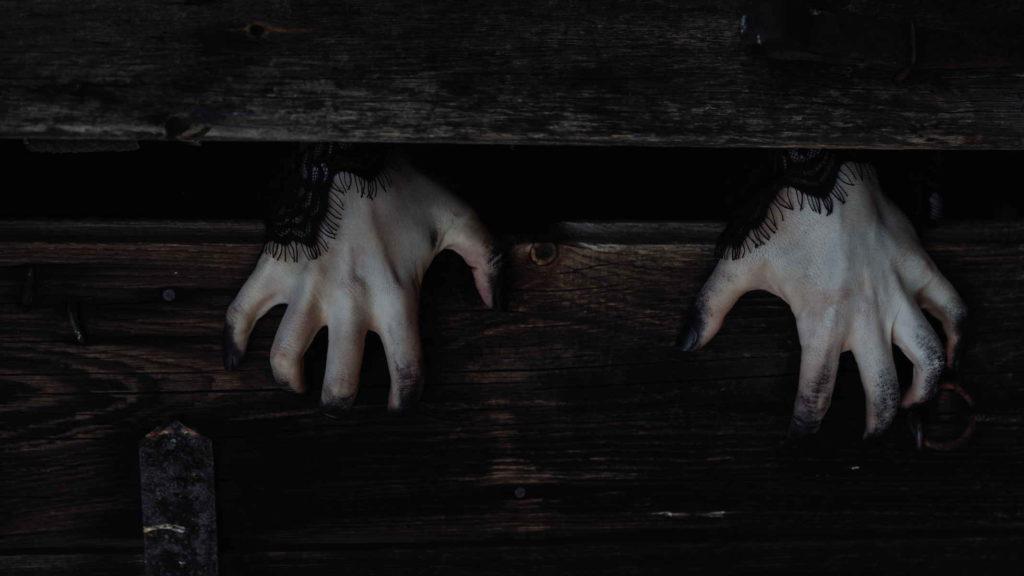 Страшные руки вылезают из под половицы