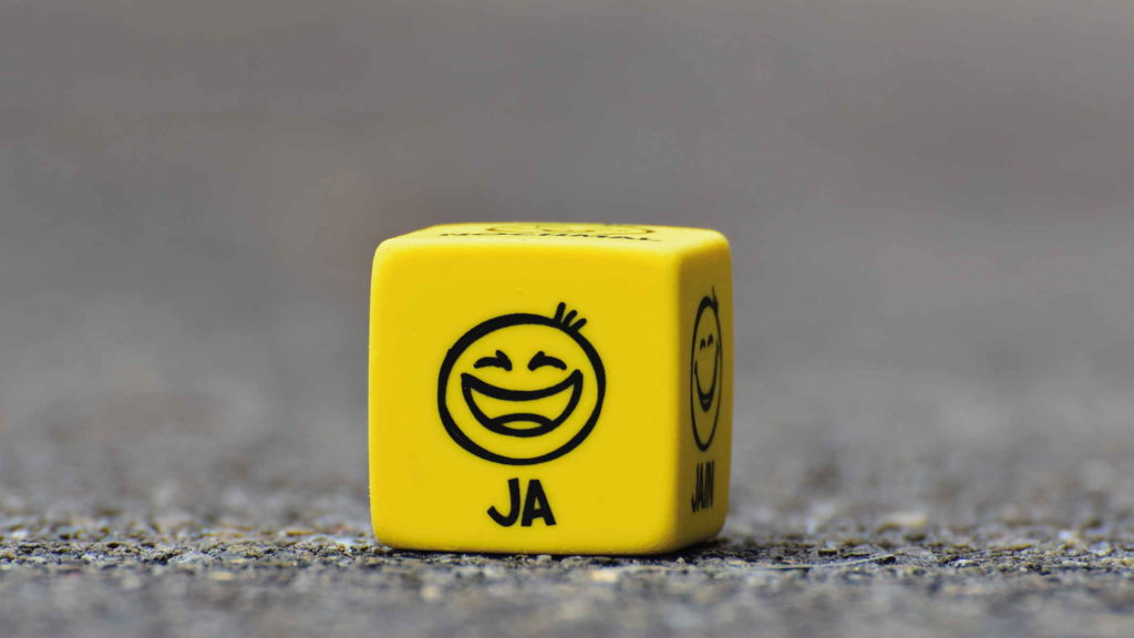 Желтый кубик с человеческими эмоциями