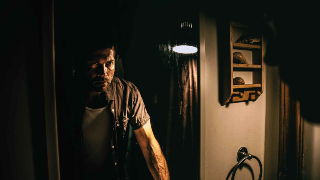 Злой мужчина смотрит на своей отражение
