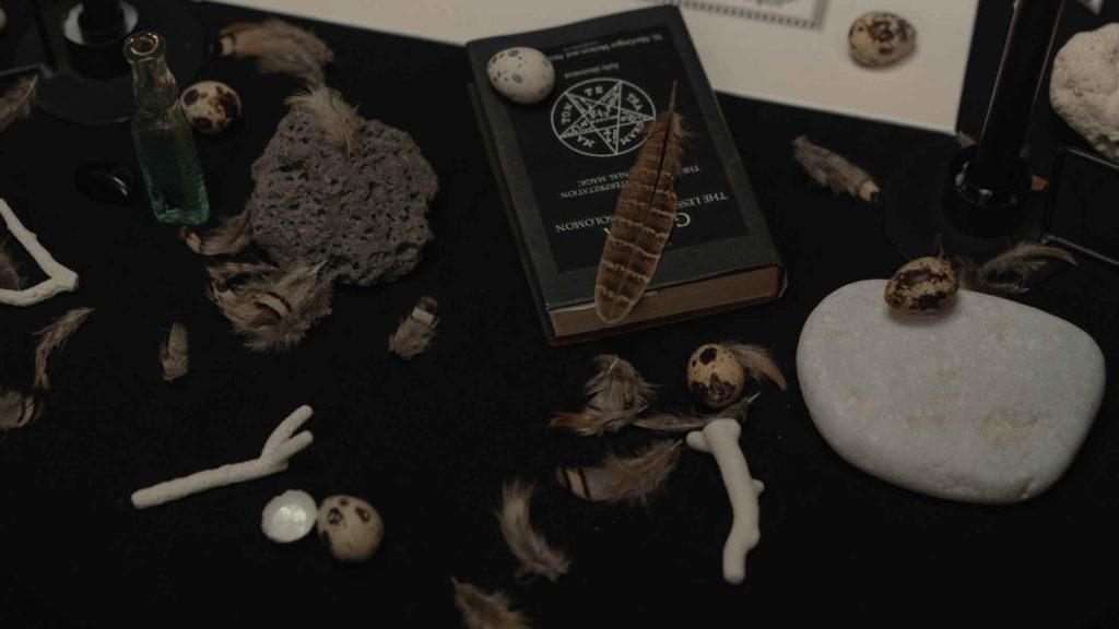Адепт полоил магические предметы на своем столе