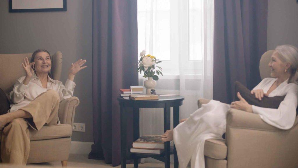 Две пожилые женщины вспоминают моодость