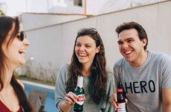 Компания друзей пьет пиво