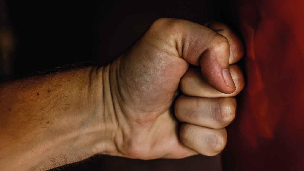 Кулак мужчины ударил в стену