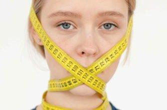 Лицо молодой девушки обомтано метром для измерений
