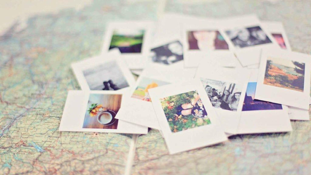 Много маленьких фотографий лежит на карте