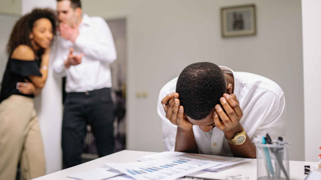 Мужчина невротик на работе испытывает стресс