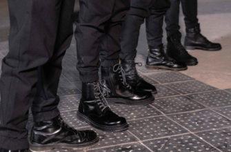 Мужские ноги в черных грубых ботинках