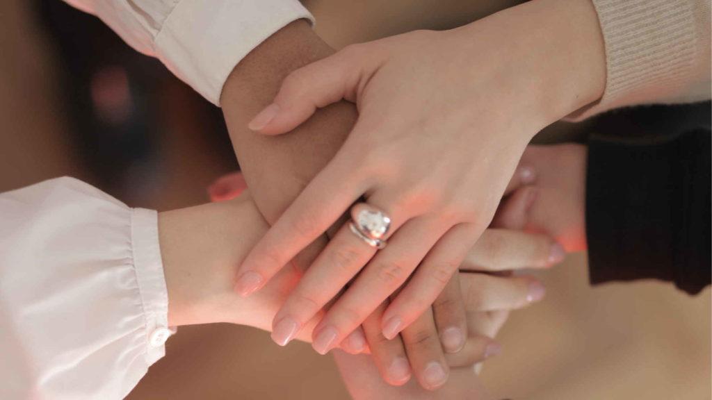 Несколько женский рук сложены вместе