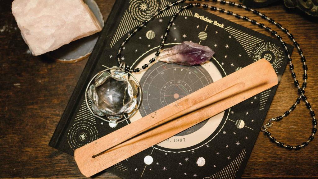 Оккультные предметы адепта на столе из дерева