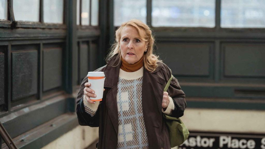 Пожилая женщина с подозрением выходит из метро