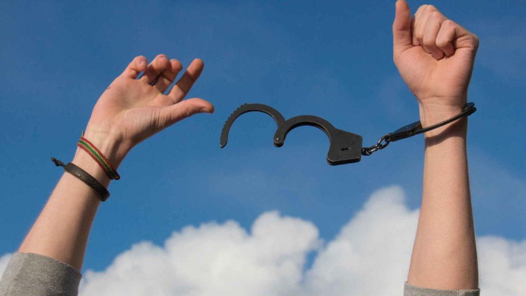 Руки человека освобожденные от наручников
