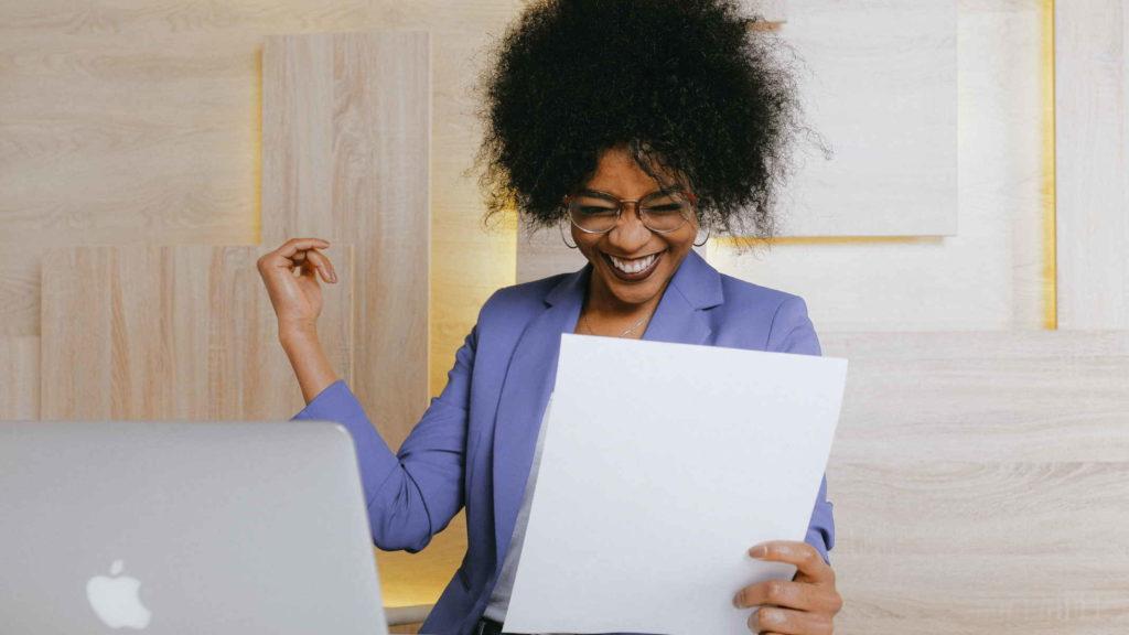 Женщина радуется успеху на работе