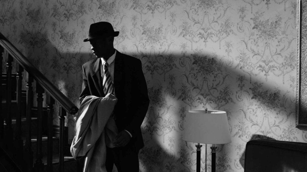 Черно белая фотография взрослого мужчины в костюме