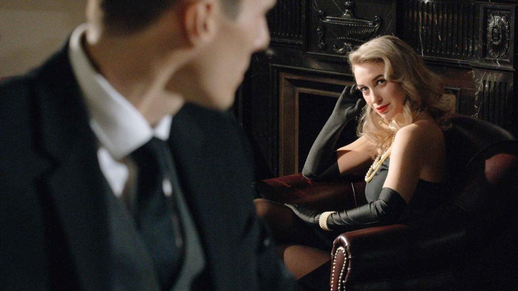 Девушка блондинка в вечернем платье смотрит на мужчину