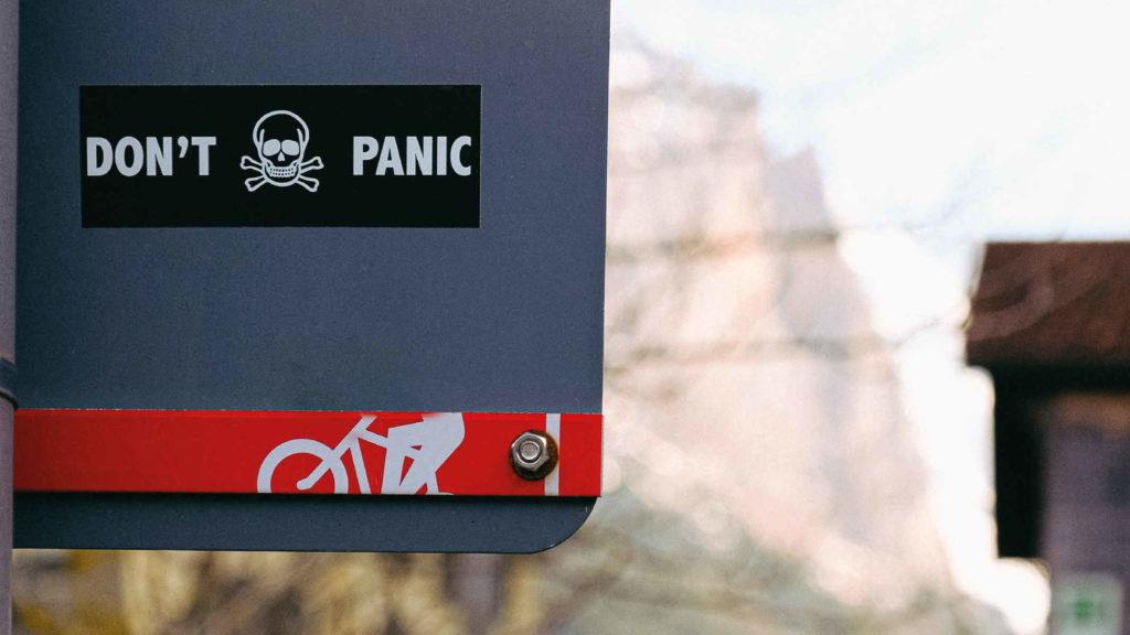 Надпись на улице не паникуйте