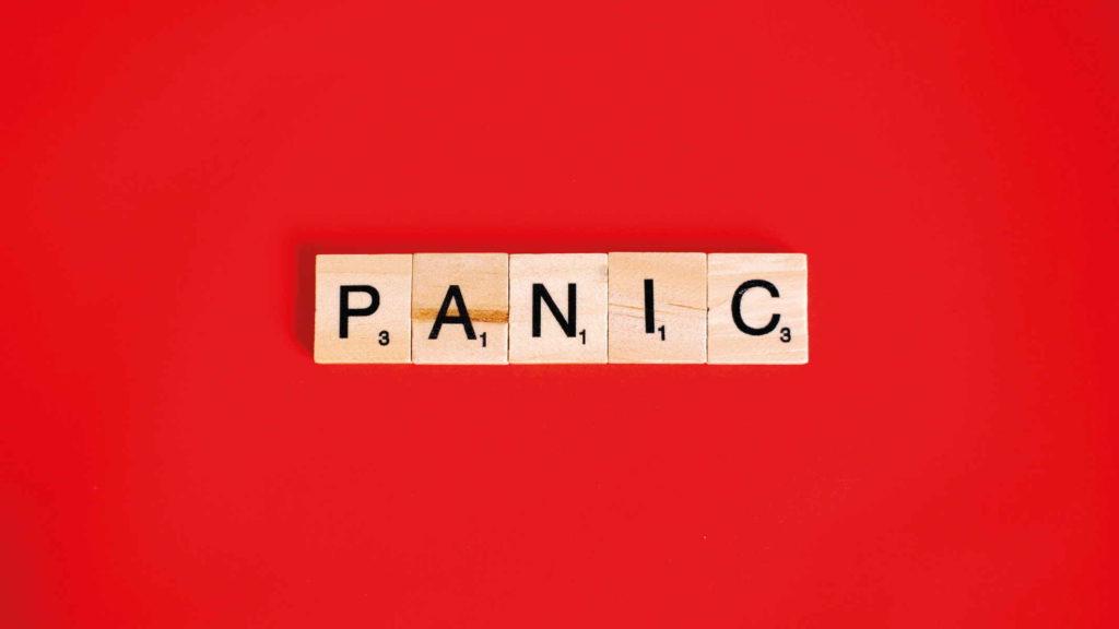 Надпись паника на красном фоне