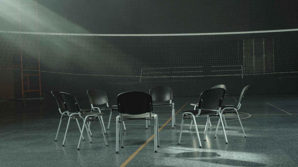 Пустые стулья в спортзале