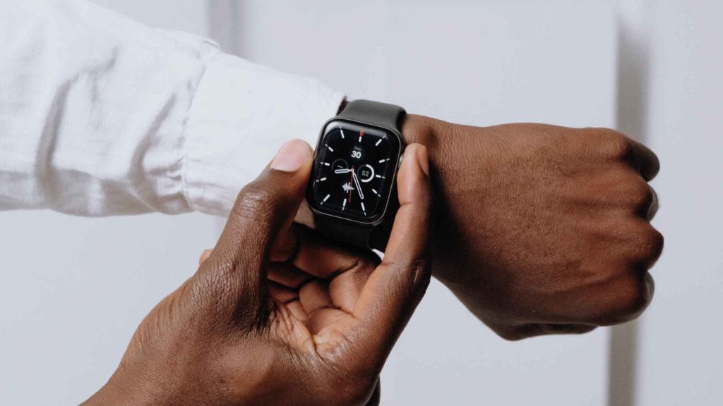 Руки мужчины переключают режим электронных часов