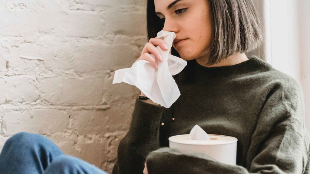 Юная девушка плачет