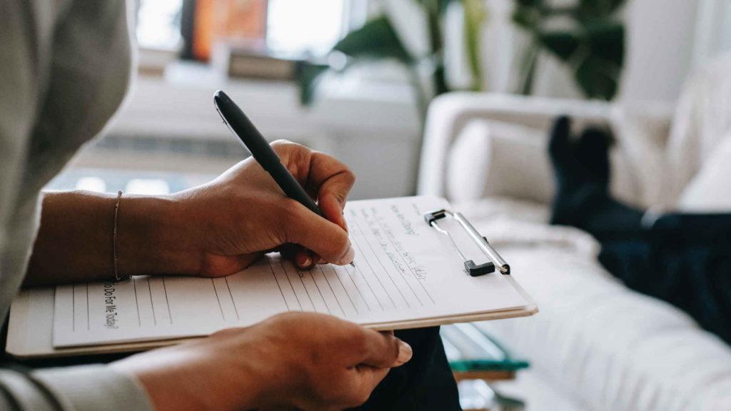 Женские руки записывают ручкой в блокнот
